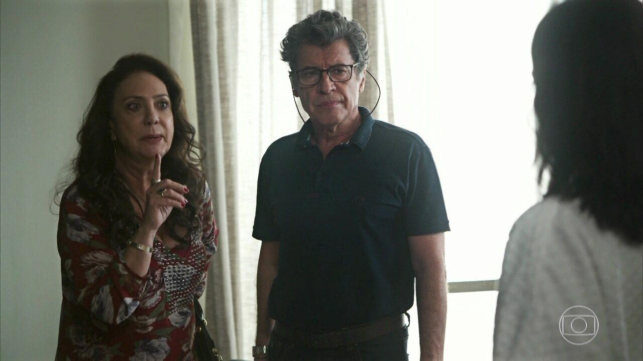Rania e Miguel vão ao hotel de Aziz buscar Camila
