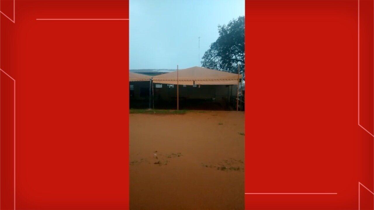 Crianças ficam ilhadas em sede de projeto social alagada após temporal em Campo Grande