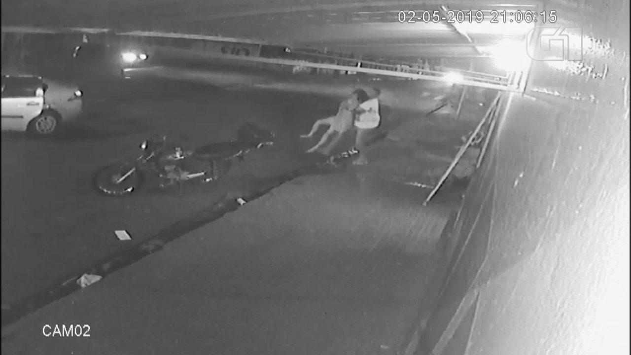 Câmera flagra mulher se jogando de carro em movimento ao tentar fugir de ex-namorado