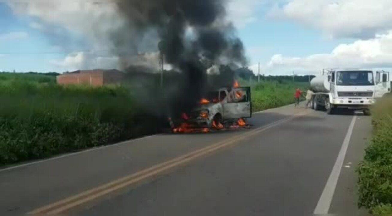 Carro da paróquia de Ibicuitinga pega foto em estrada