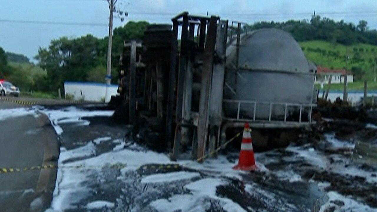Carreta tomba, pega fogo e uma pessoa morre carbonizada na Rodovia Mogi-Guararema