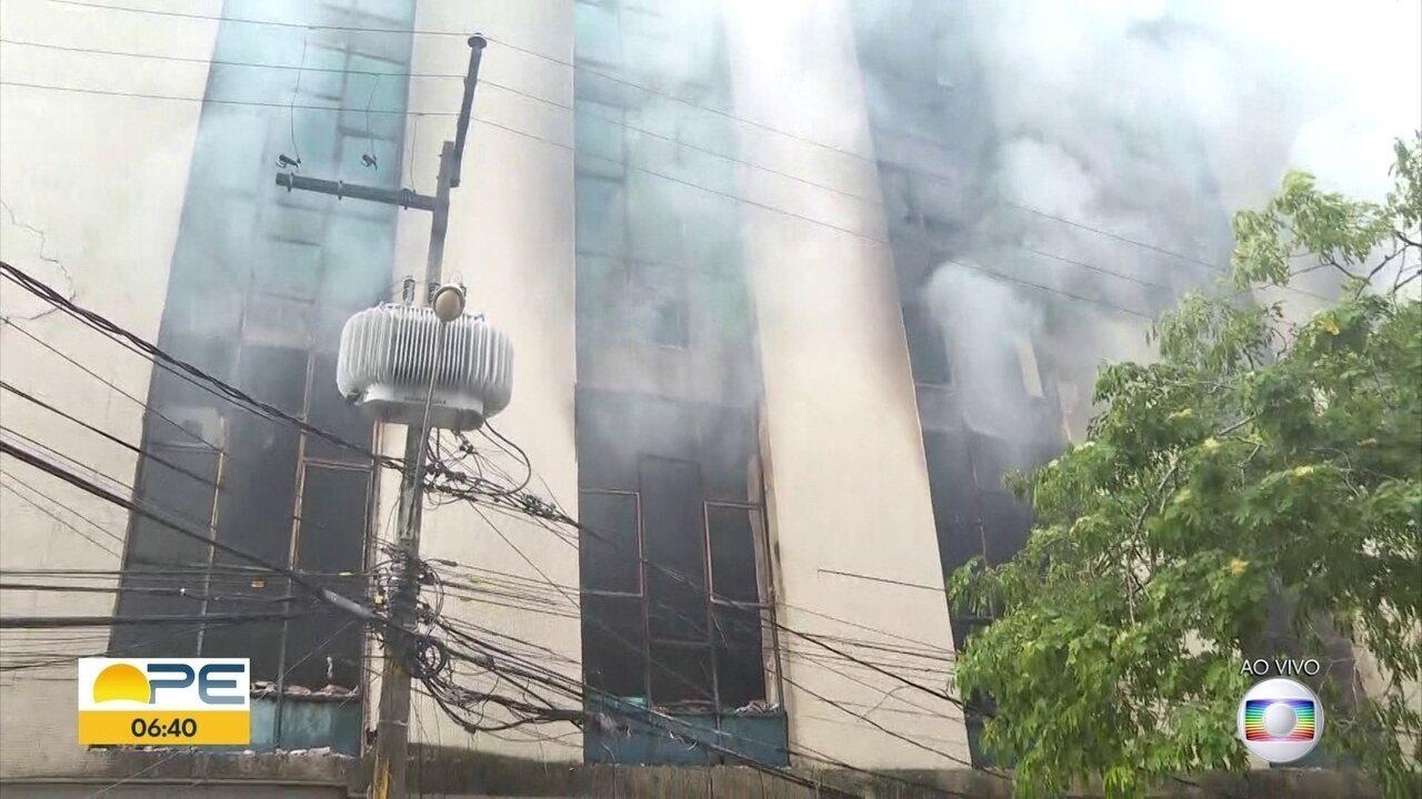 Incêndio atinge prédio na área central do Recife