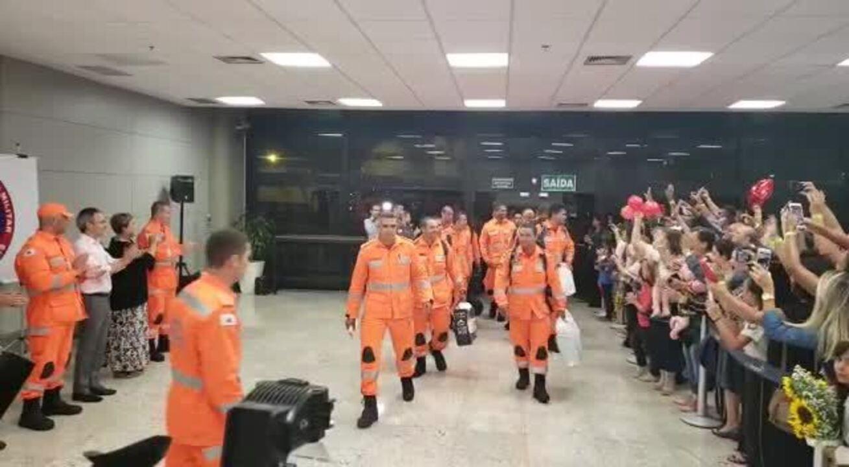 Sob aplausos, bombeiros de MG que atuaram em Moçambique chegam em Confins