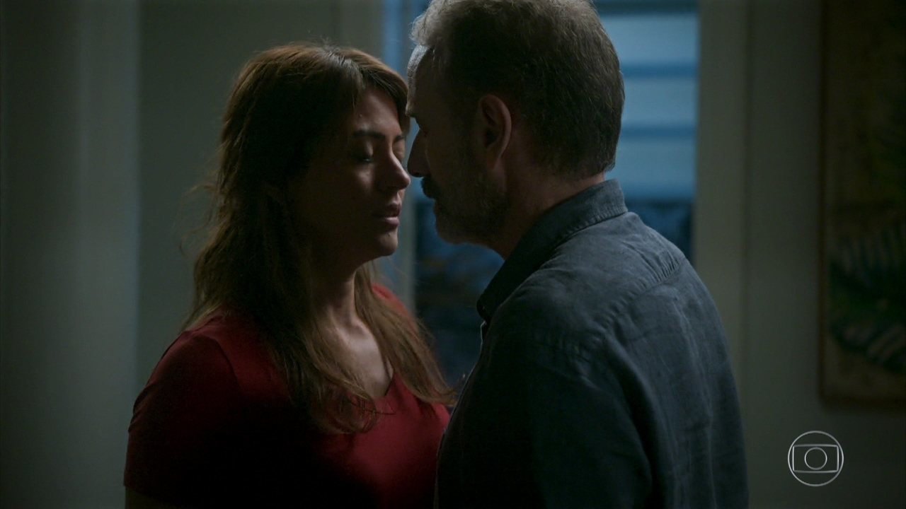 Helena beija Elias