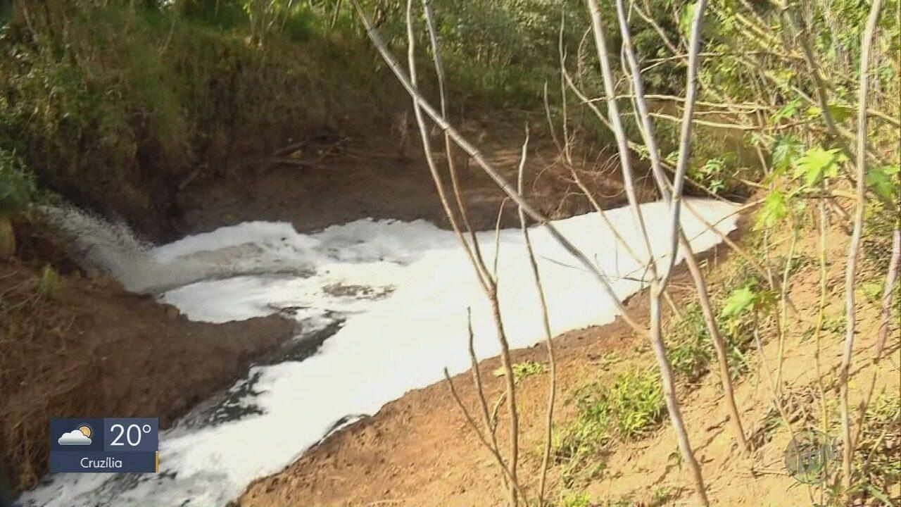Espuma jogada no leito do Rio Sapucaí Mirim preocupa moradores de Pouso Alegre