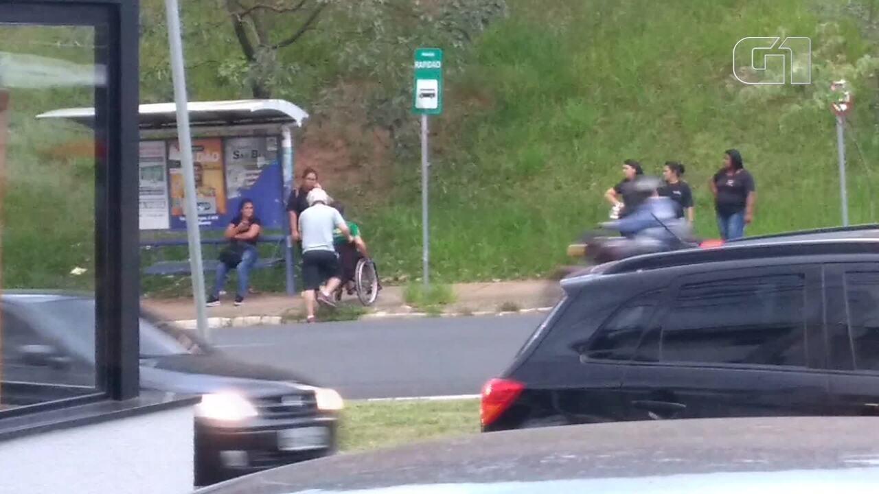 Resultado de imagem para Motociclista ajuda cadeirante em avenida movimentada de Limeira