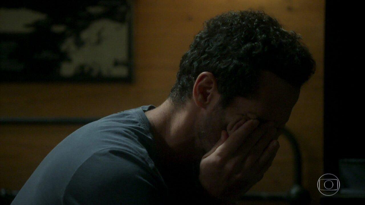 Ali chora ao pensar em Sara