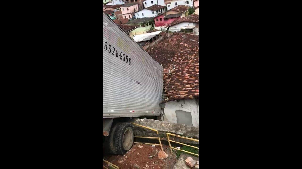 Caminhão derrapa e atinge casa no Cabo de Santo Agostinho, no Grande Recife