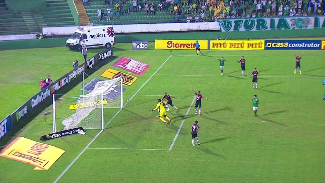 Gol do Guarani! Goleiro Caíque se atrapalha todo e Diego Cardoso faz de cabeça, aos 34' do 1ºT