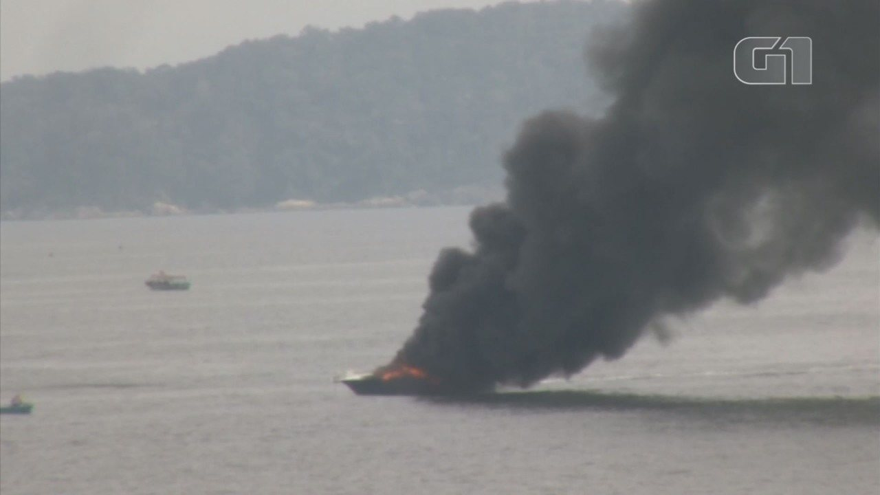 Lancha pega fogo em Santos, SP, e ocupantes são resgatados pelos bombeiros