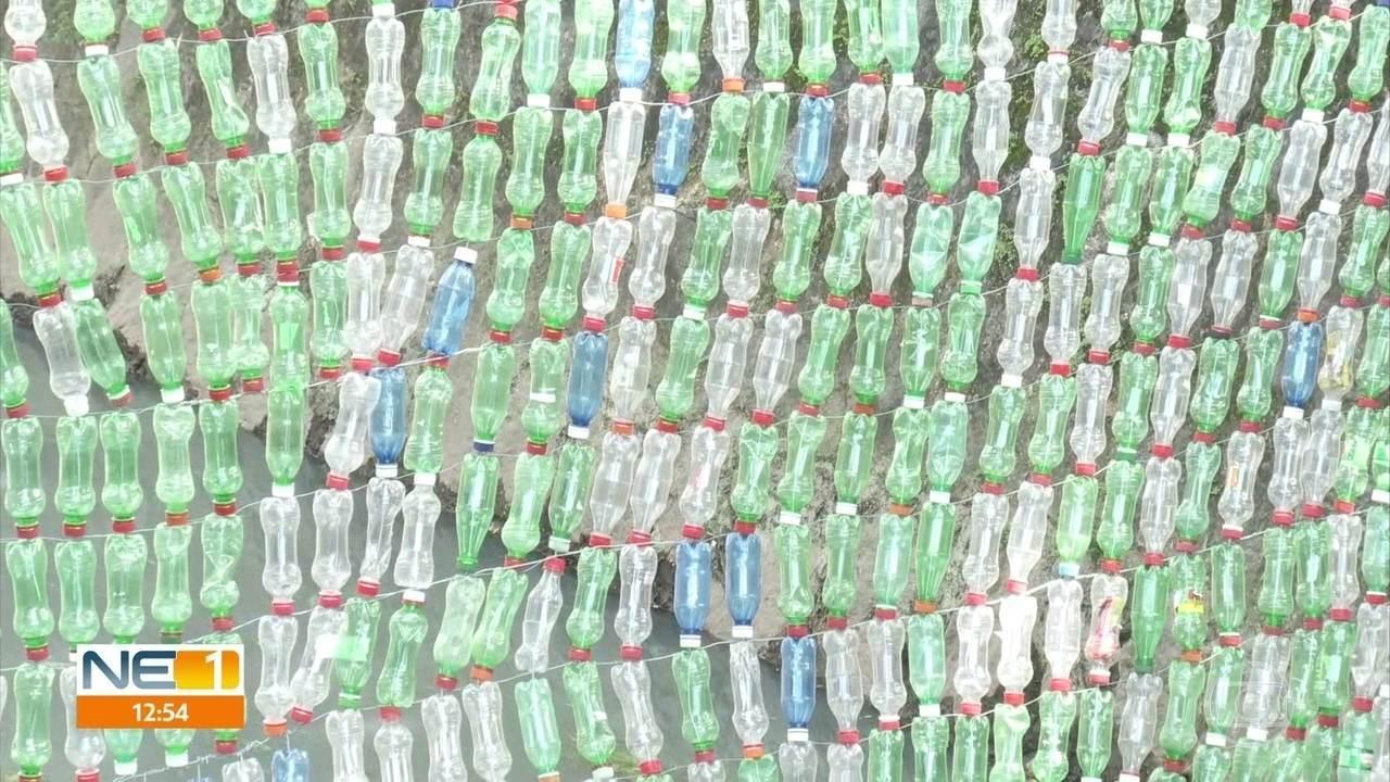 Estudantes criam 'ecobarreira' para filtrar lixo em canal do Recife
