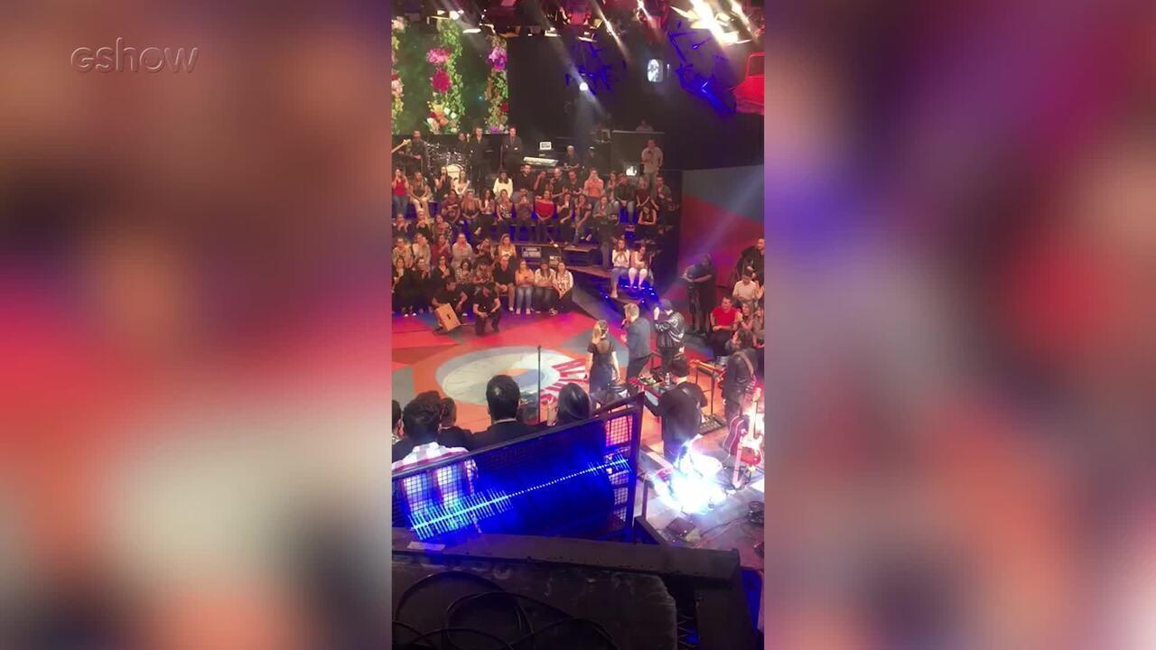 Sandy e Junior cantam com Michel Teló e Thais Fersoza vibra na plateia