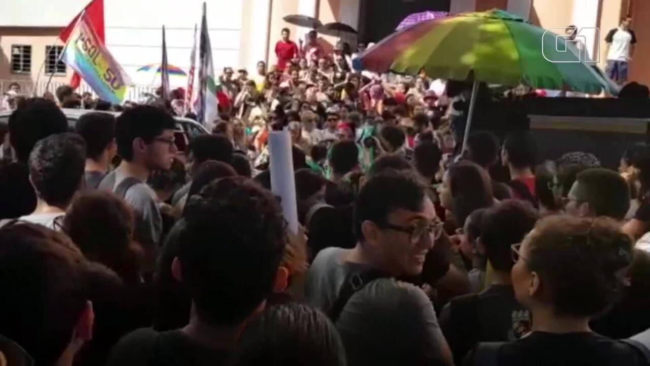 Manifestantes protestam no Ceará contra bloqueio de verbas para a educação