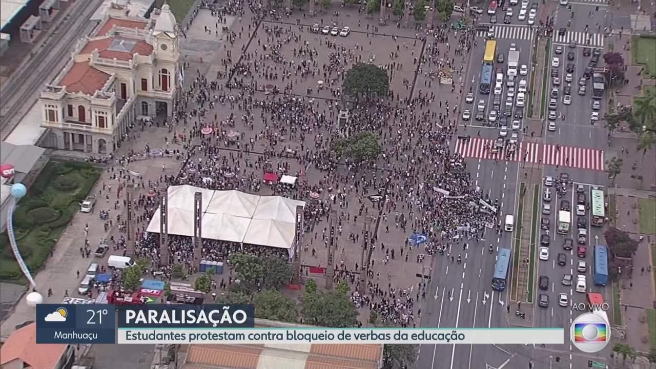 Protesto de estudantes chega à Praça da Estação, em BH