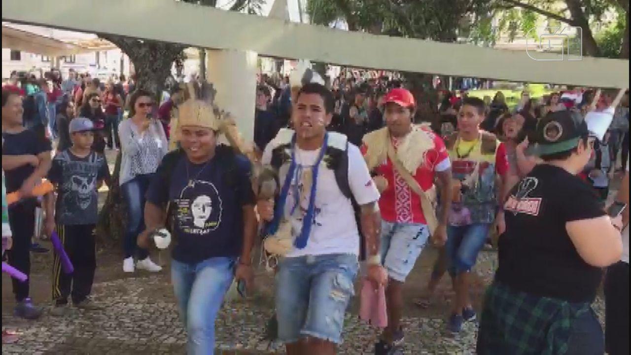 Estuantes indígenas participam de ato contra bloqueios de verbas na educação em São Carlos