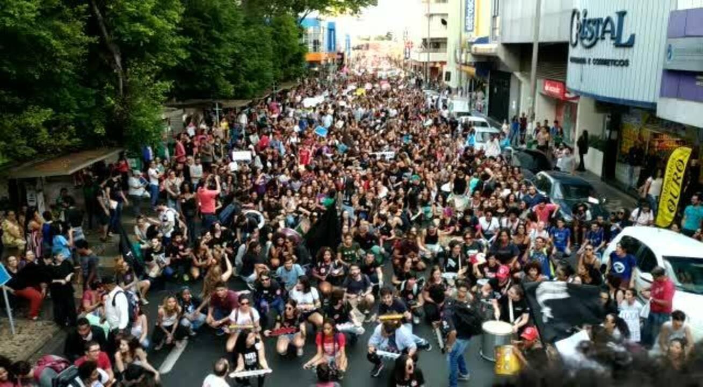 Estudantes pararam avenida em Uberlândia e cantaram por Educação durante ato