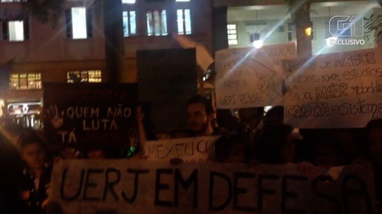 Manifestantes em Petrópolis, RJ, protestam contra corte de verbas na educação