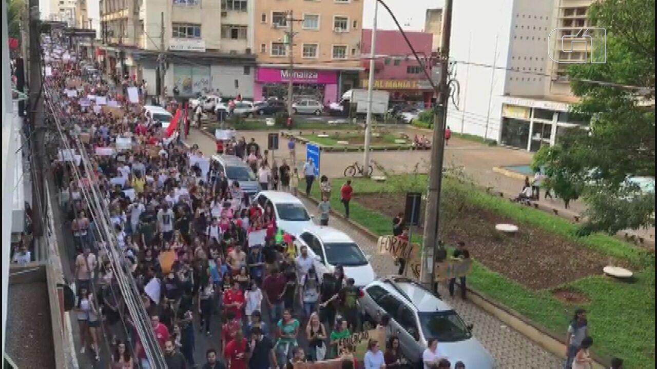 Estudantes fazem ato contra cortes na educação em Araraquara
