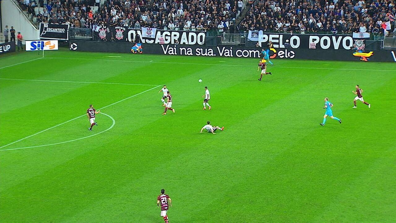 Boselli escorrega e desperdiça chance, e Flamengo contra-ataca aos 10 do 2º tempo