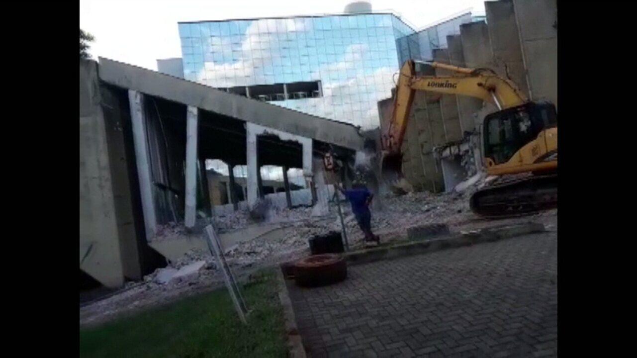 Vídeo mostra parte da estrutura do fórum de Londrina sendo demolido