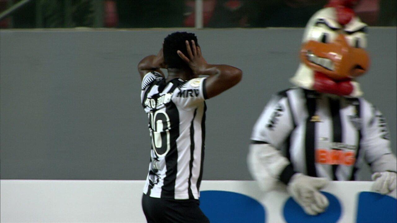 Gol do Atlético-MG! Galo pressiona, e Cazares marca com categoria