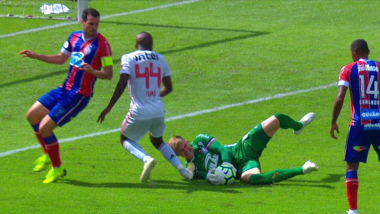 Veja o lance que causou a expulsão de Toró após choque com o goleiro Douglas, do Bahia