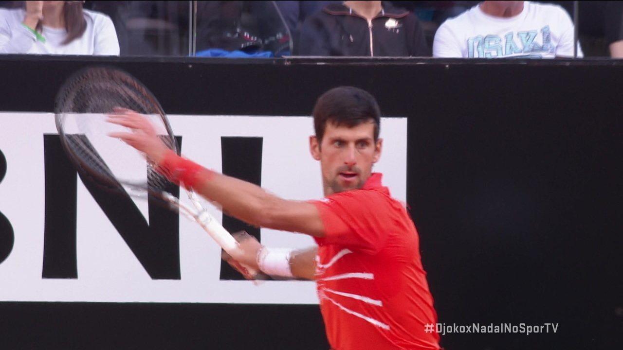 Nadal se defende bem acelerando, mas Djokovic consegue matar o ponto com uma curtinha espetacular