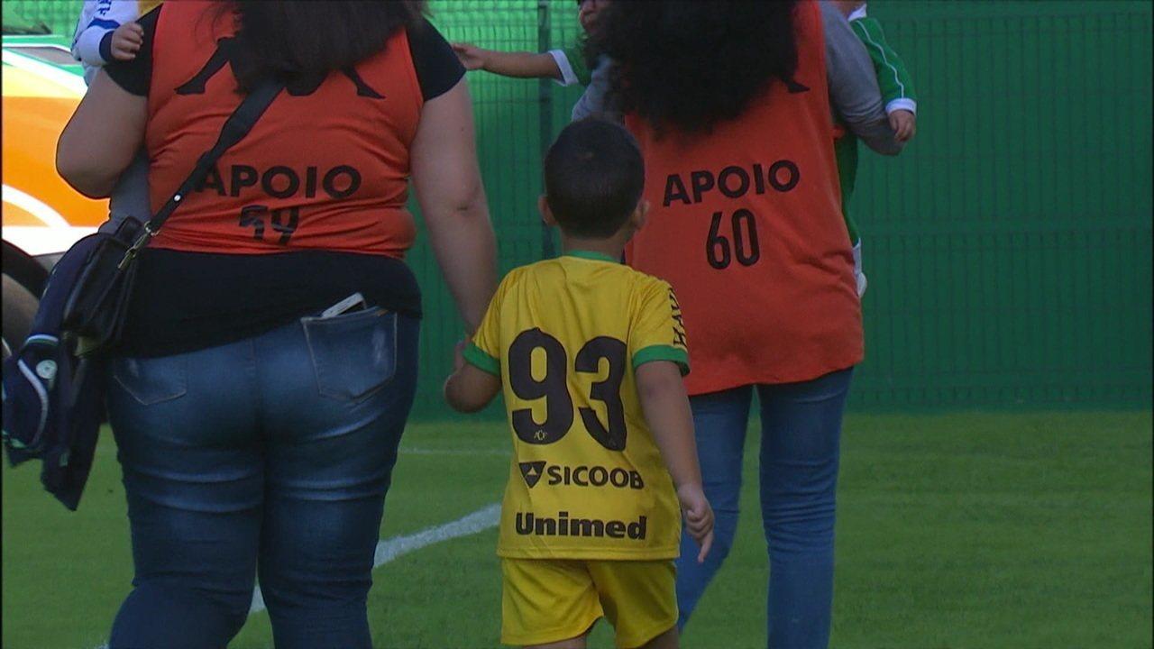 Filho do ex-goleiro Danilo entrou em campo com os jogadores