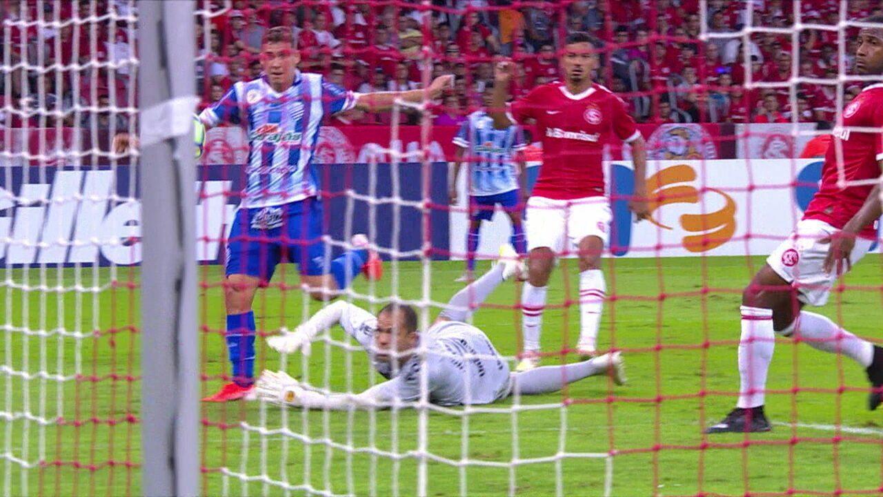 Na trave! Matheus Sávio recebe de Maranhão em contra-ataque e carimba o poste aos 34 do 2º tempo