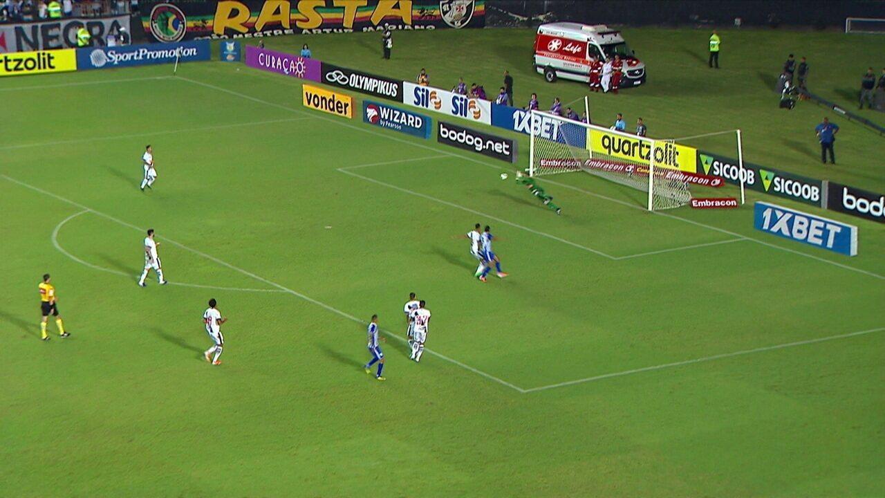 Caio Paulista bate de fora da área e Sidão faz boa defesa, aos 28' do 1ºT