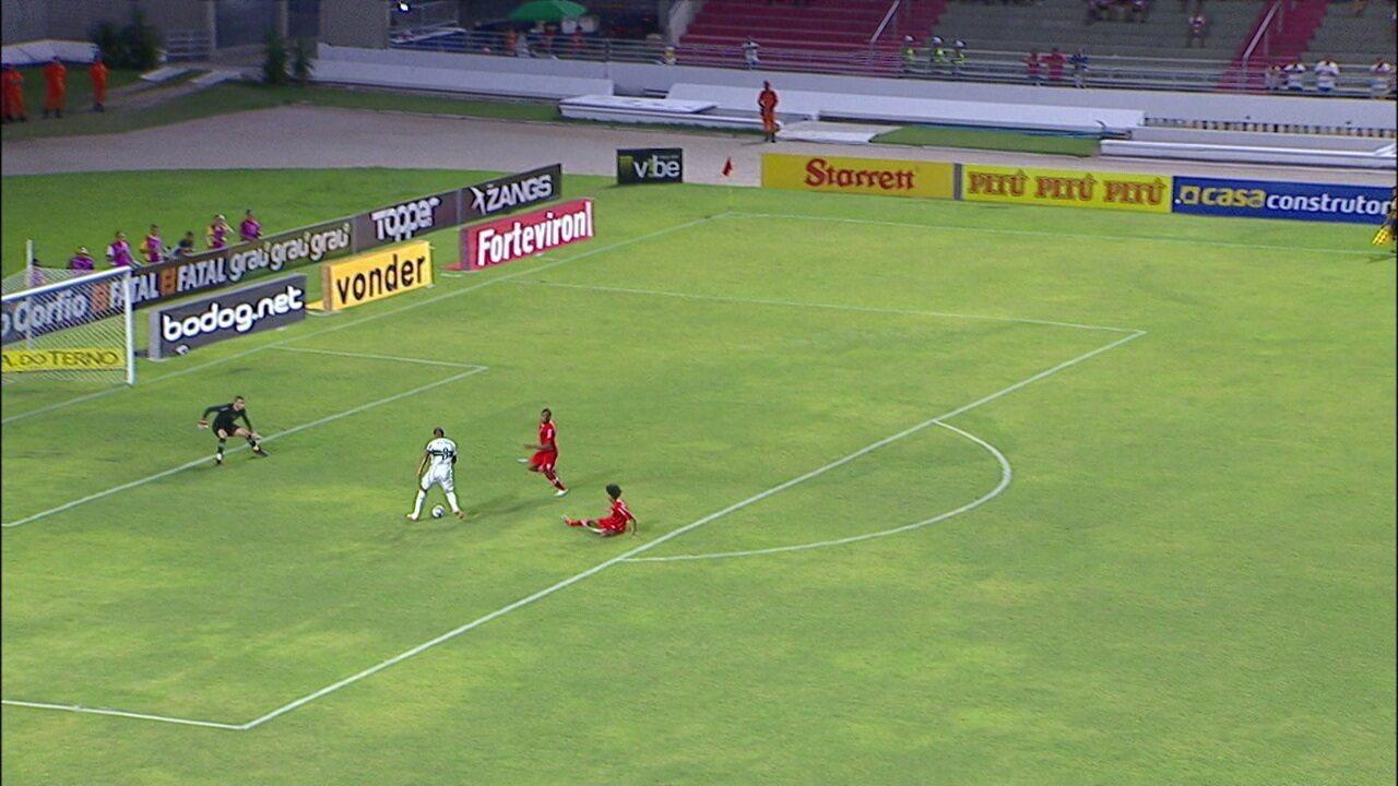 Rodrigão perde gol cara a cara com o goleiro, aos 4' do 2ºT