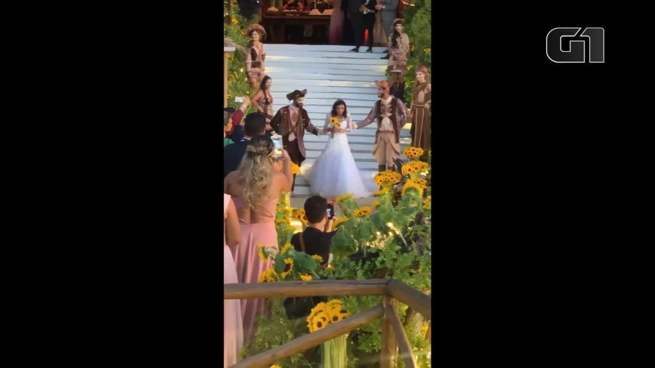 Branca entra vestida de noiva em casamento de Carlinhos Maia e Lucas Guimarães