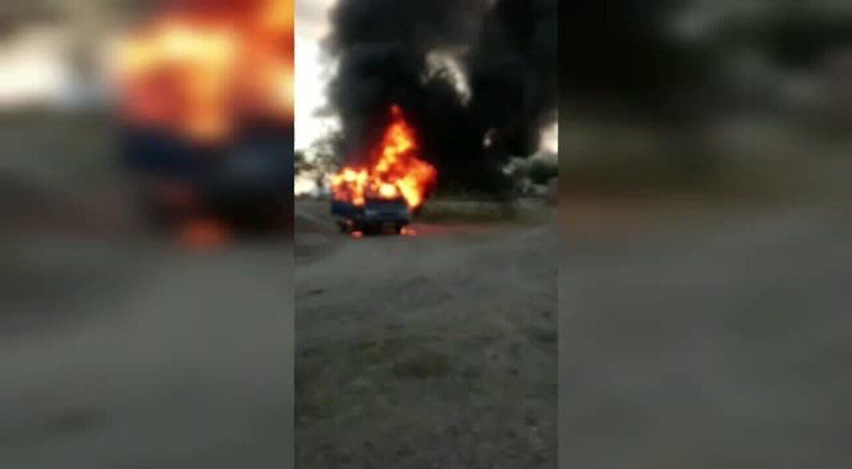 Van escolar pega fogo após dar pane na zona rural de Independência, interior do Ceará