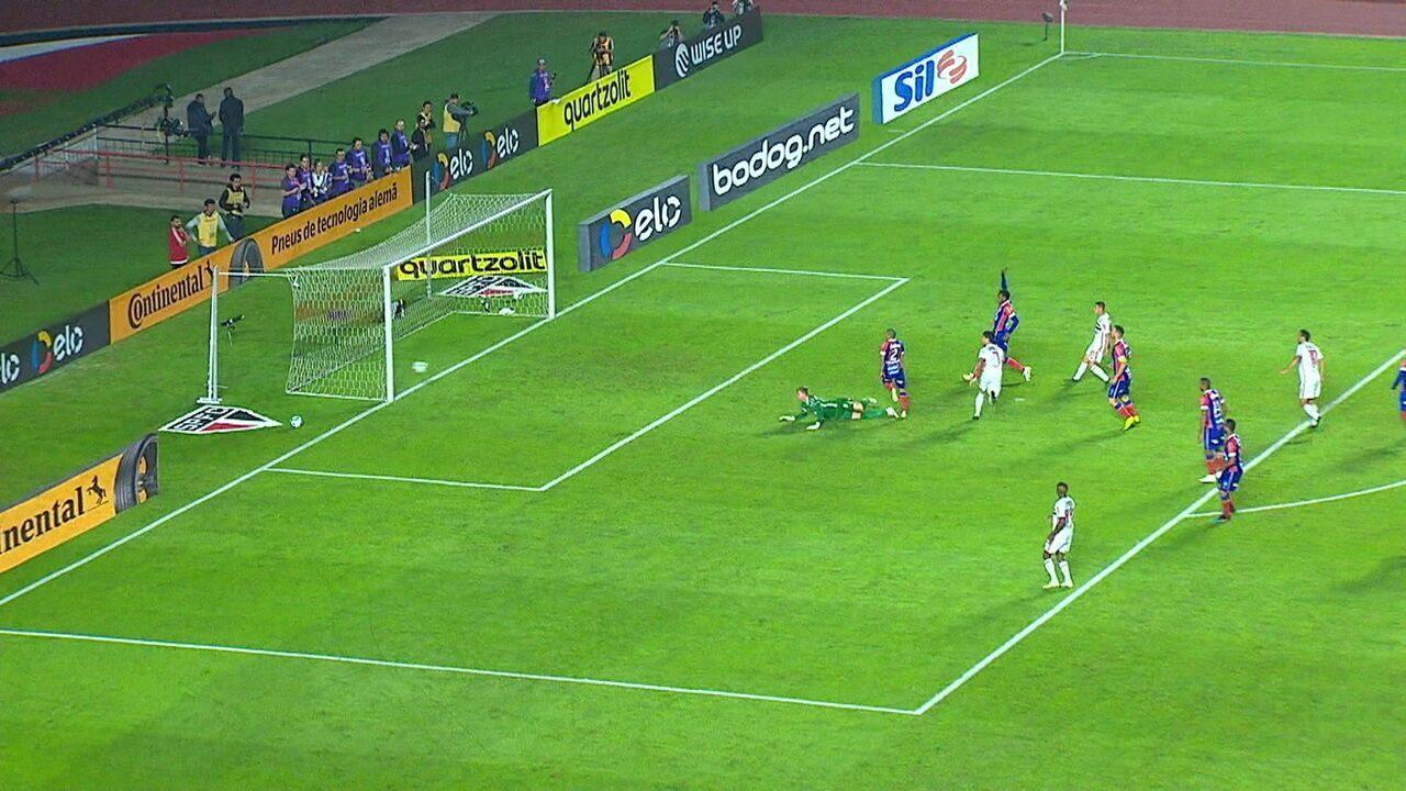 Alexandre Pato acerta a bola na trave na reta final do segundo tempo