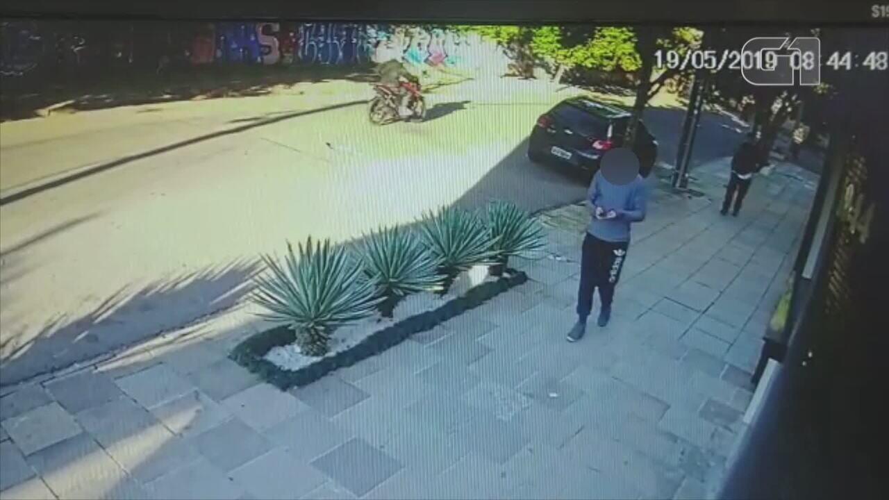 Homem é atingido por golpe de facão enquanto caminhava na rua em Santa Maria