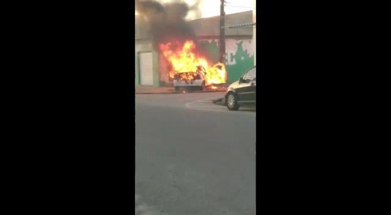 Carro pega em rua fogo em Maceió