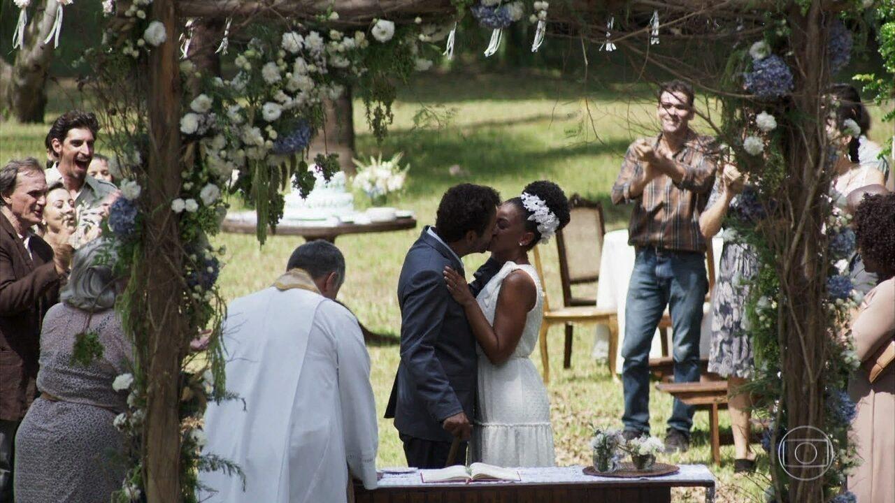 Amadeu (Marcos Palmeira) se casa com Gilda (Heloisa Jorge) e diz que a ama