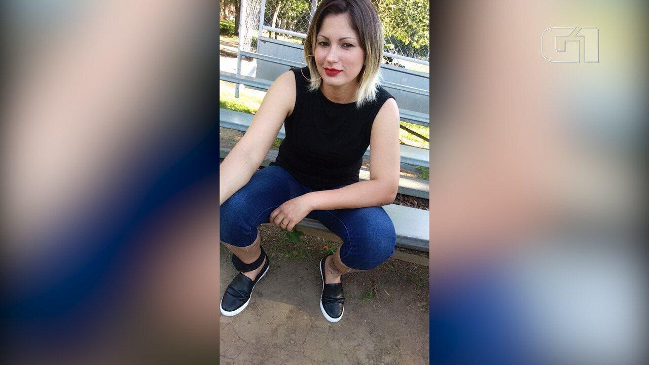 Brasileira que pediu asilo nos EUA mostra como trocar a bateria de tornozeleira eletrônica