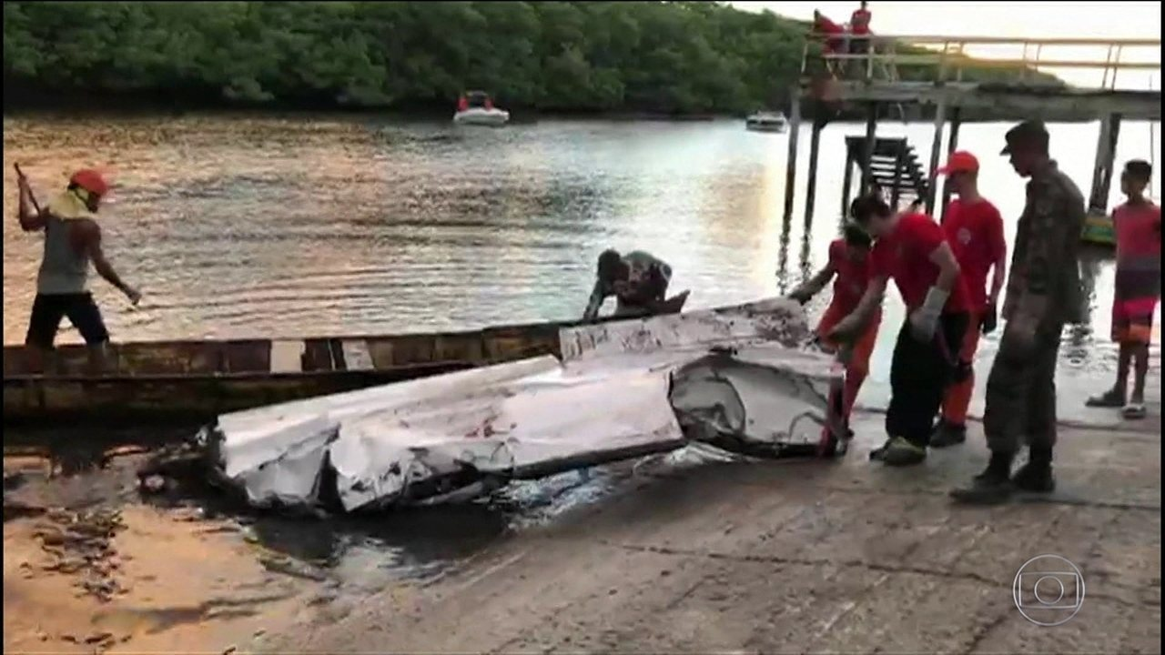 Peritos da Aeronáutica recolhem destroços do avião que caiu com Gabriel Diniz
