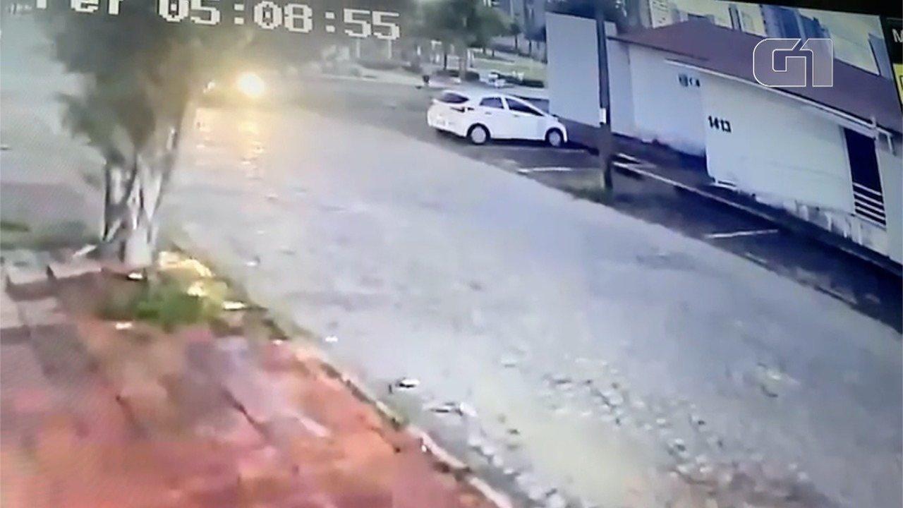Vídeo mostra momento em que assaltantes deixam um carro para roubar outro veículo