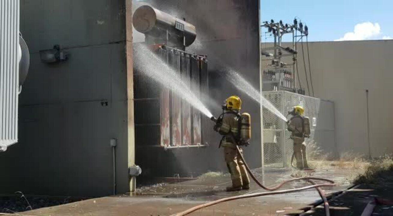 Bombeiros resfriam transformador de subestação da CEB, em Brasília, que pegou fogo
