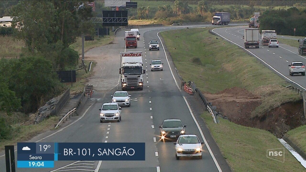 Faixas do sentido Sul da BR-101 em Sangão são liberadas; parte da cidade segue sem água