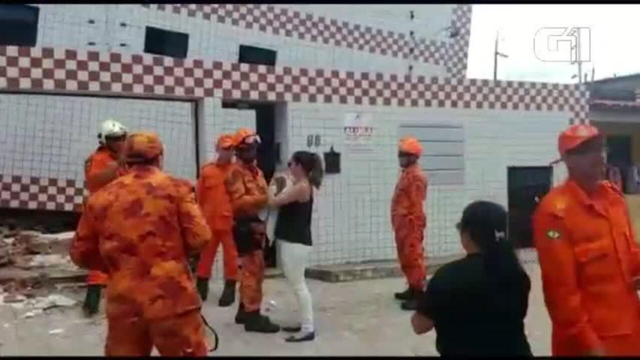 Cachorro é resgatado após 20h preso em prédio que desabou parcialmente em Fortaleza