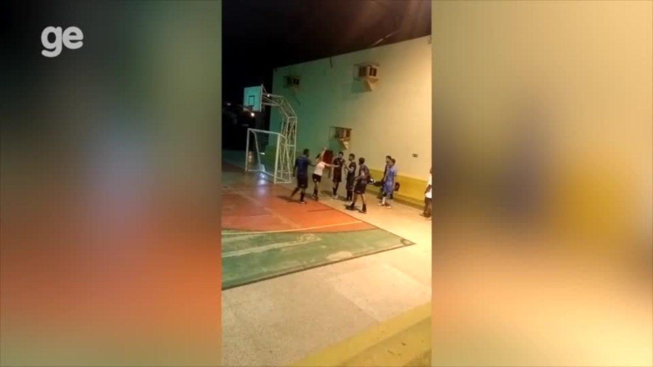 Árbitra de futsal é agredida com tapa e socos por jogador após expulsá-lo de partida