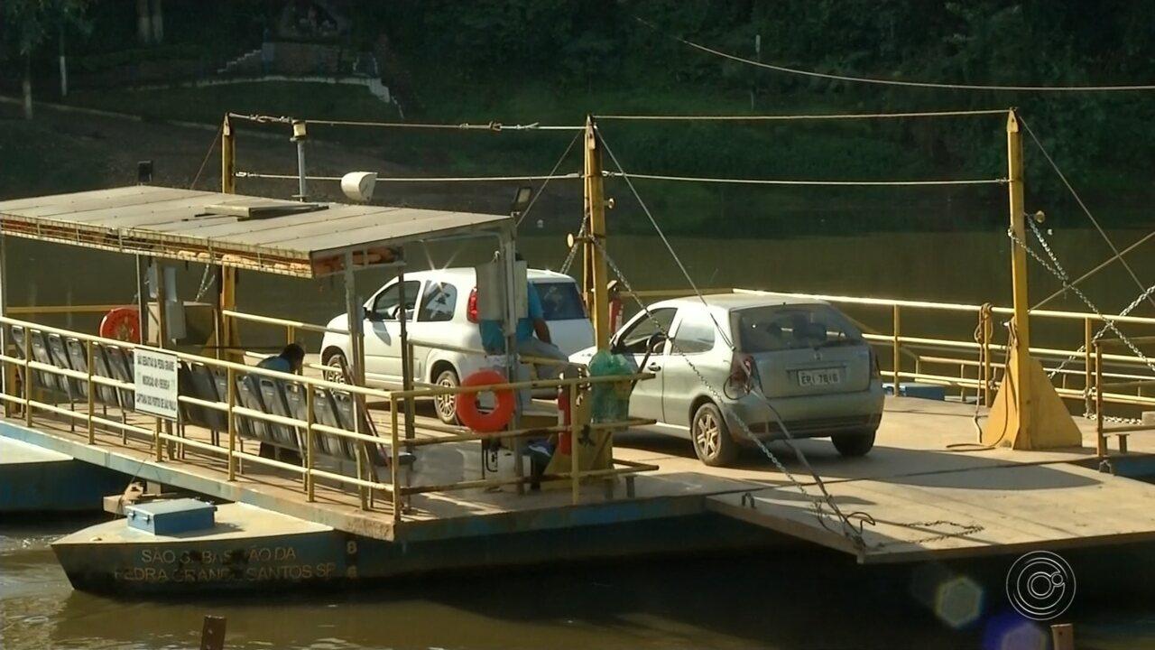 Balsa que faz travessia no Rio Tietê volta a funcionar após oito meses parada