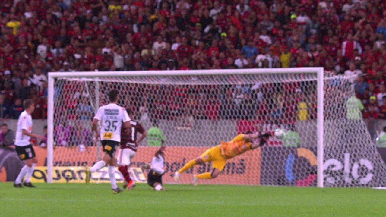 Everton Ribeiro cabeceia e Cássio faz defesa incrível, aos 43' do 1º tempo