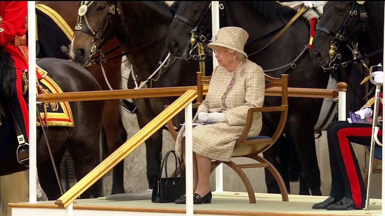Rainha Elizabeth II celebra 93 anos com desfile militar