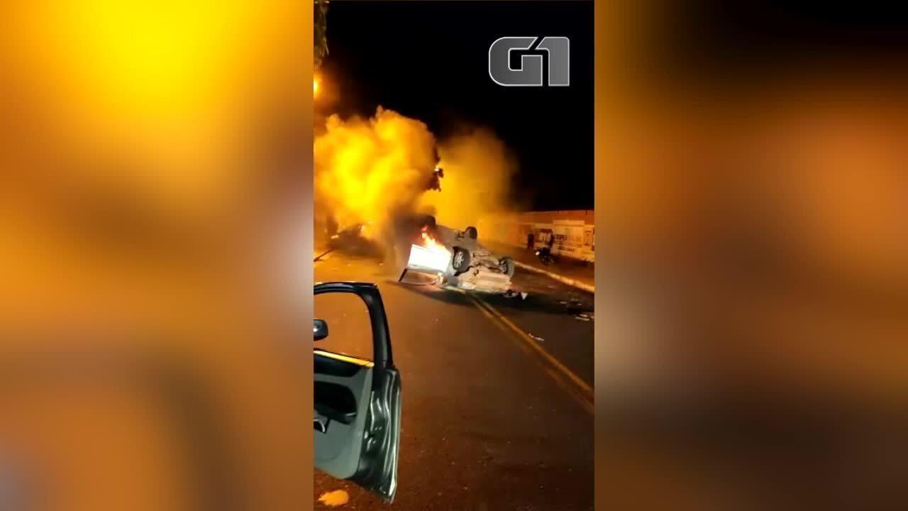 Carro pega fogo após capotamento na Zona Leste de Teresina