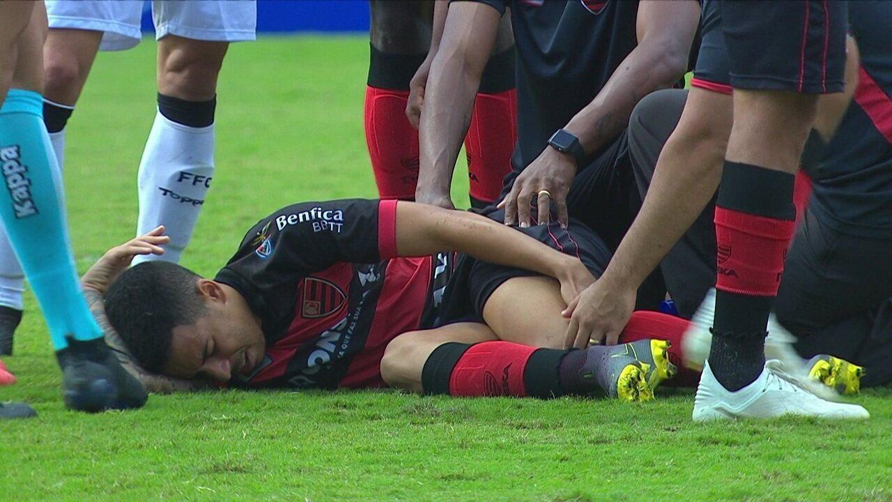 De volta ao jogo, Guilherme não aguenta e cai de novo. Camisa 11 deixa o campo de vez, aos 04' do 2º tempo