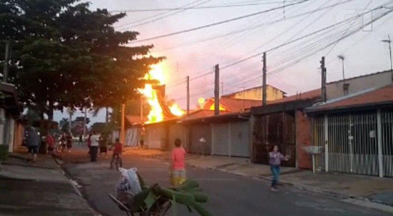 Balão cai, encobre casa e pega fogo em São José